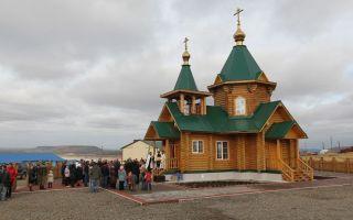 Церковь николая чудотворца на острове беринга, россия, камчатский край, остров беринга, село никольское